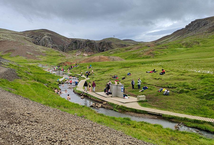 Dlaczego warto odwiedzić Islandię? gorące źródła