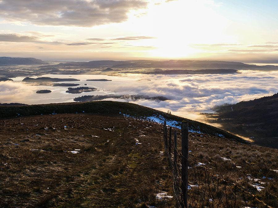 Beinn Dubh góry w Szkocji wschód słońca nad Loch Lomond