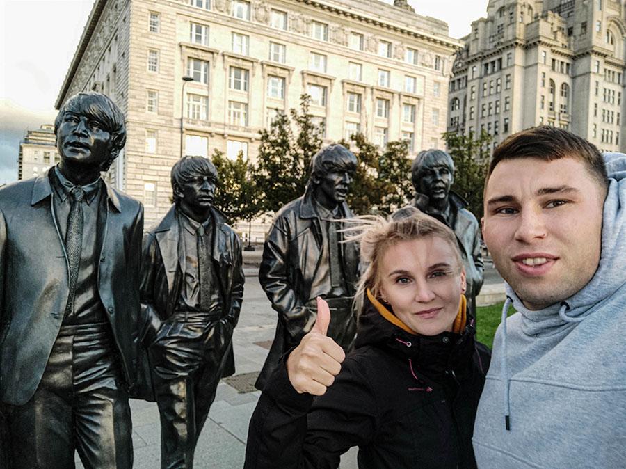 the beatles statua liverpool selfie