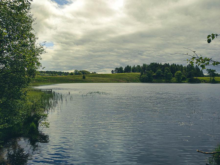 Loch Ardinning - jezioro z widokiem na góry okolice glasgow
