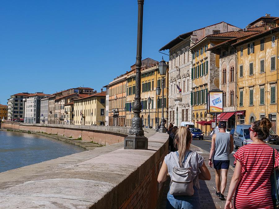 piza deptak nad rzeką lungarno