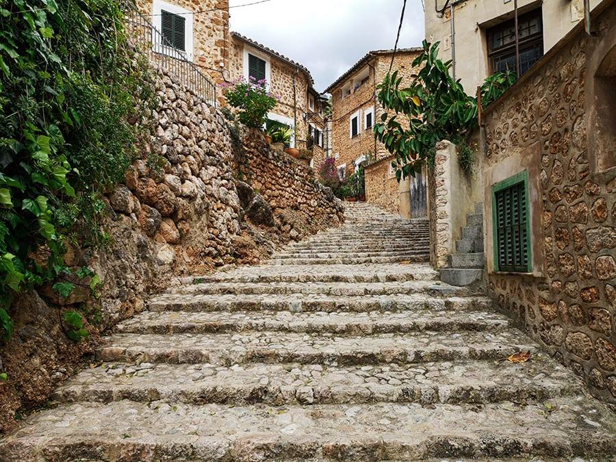 dlaczego warto odwiedzić Majorkę klimatyczne miasteczka