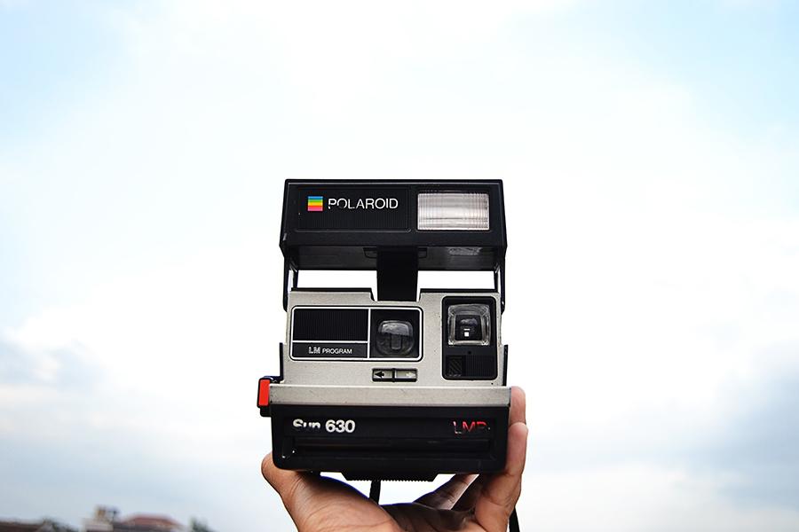 prezent dla podróżnika aparat polaroid