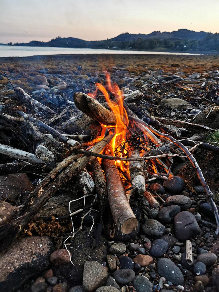 Spanie pod namiotem na dziko, Wild Camping w Szkocji ognisko